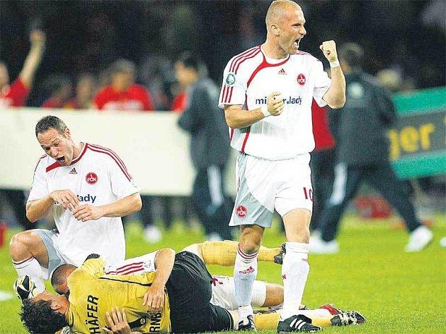 Dobojováno, rozradostněný Jan Polák (vlevo) se právě chystá zalehnout jásající spoluhráče.