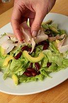 Ke kouskům salátu přidejte nakrájené avokádo, fazole a krůtí šunku.