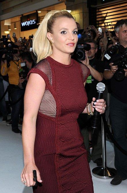 Britney Spears se snaží vymanit z vlivu svého otce.