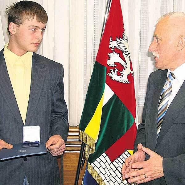 Za svou statečnost dostal Václav diplom a medaili od hejtmana jihočeského kraje Jana Zahradníka.