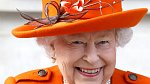 """Mimořádné prohlášení ale bylo až překvapivě familiární, mésto vévodských titulů totiž královna použila pouze jejich křestních. Předchozí prohlášení, které vydal palác na royal.uk, se ještě dvojice týkalo jako """"vévody a vévodkyně Sussexu."""""""