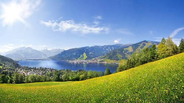 Zell am See v celé své kráse. Po zásluze je rájem turistů, kteří mají rádi i nějaké to dobrodružství.