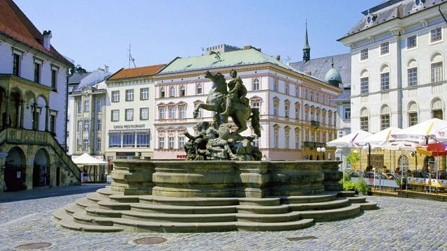 Caesarova kašna je největší v Olomouci, v ulicích se jich nachází skoro třicet.