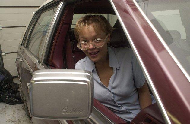 Všichni znají Lenku jako přitroublou holku se silnými brýlemi.