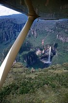 Pohled na nejvyšší vodopád z vrtulníku
