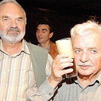Ladislav Smoljak a Zdeněk Svěrák pokřtili Cimrmanovo pivo.