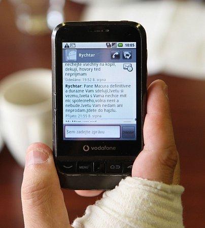 Macura ukázal Šípu SMS zprávy ve svém telefonu. Čísla, ze kterých přišly, skutečně patří Josefu Rychtářovi a Ivetě Bartošové.