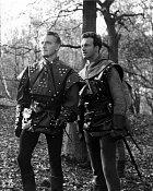 Jako Will Scarlet (vpravo) vDobrodružství Robina Hooda.