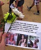 Pomocníci s překvapením dostali květiny a instrukce, co s nimi.