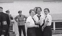 Díky při návštěvě koncentračního tábora v Dachau.