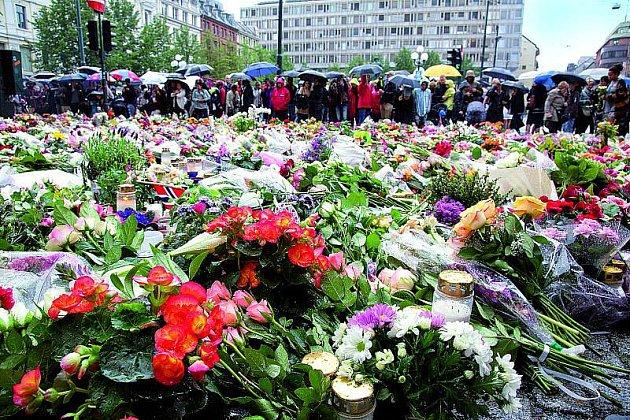 Centrum Osla pokryl koberec svíček a květin.