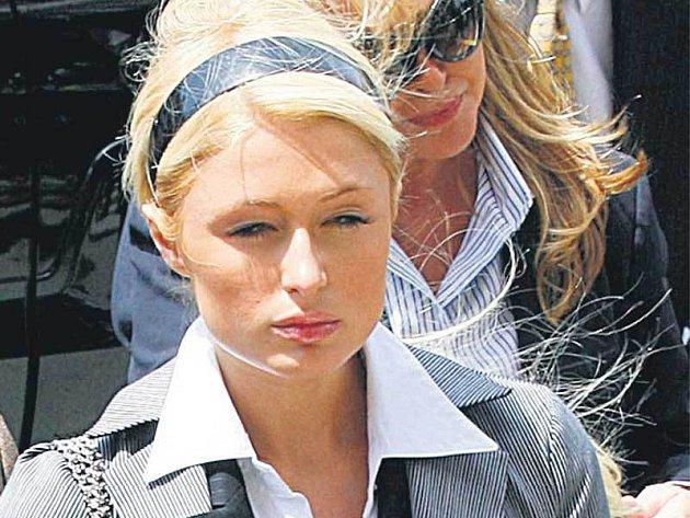 Na soudce se Paris snažila zapůsobit seriózním dojmem. Nepovedlo se.
