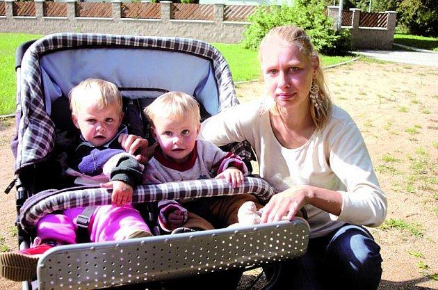 Matka si nakonec svou dcerku vzala zpět a nyní vychovává spokojená dvojčata.