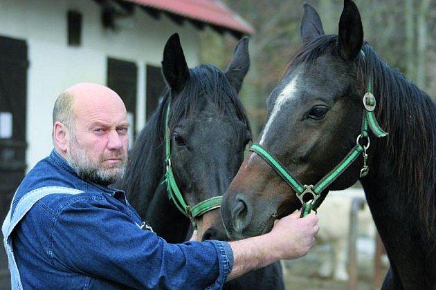Kromě budování babyboxů jsou další Hessovou vášní koně, které chová na svém statku.