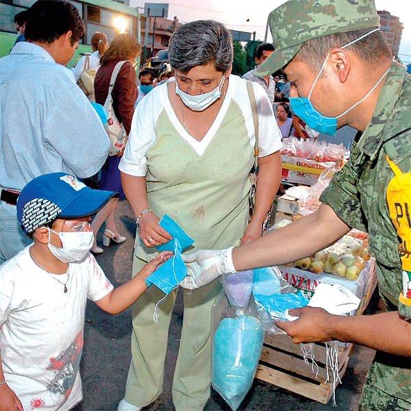 Mexická armáda rozdává ohroženým lidem tisíce roušek.
