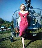 Znovu stejný outfit, jen tentokrát pózovala před vrtulníkem.