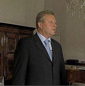Ministr Besser ve své kanceláři