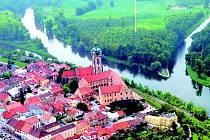 Letecký pohled na Mělník a slavný soutok. Pod zámkem se připojuje Hořínský kanál, soutok Vltavy s Labem je na této fotce vlevo.