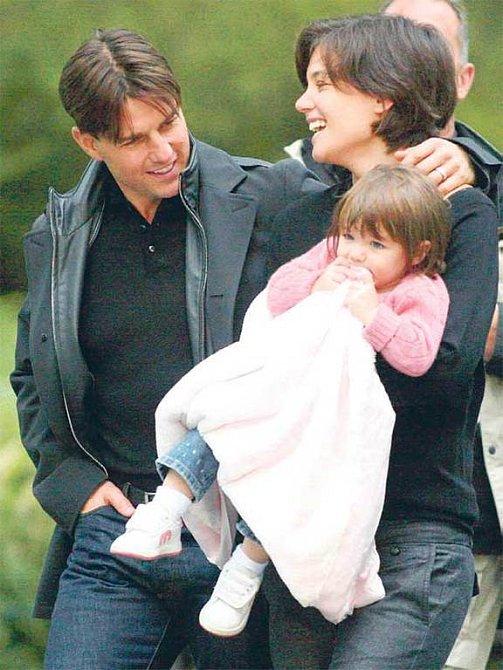 Tom, Katie a malá Suri ve chvílích štěstí.