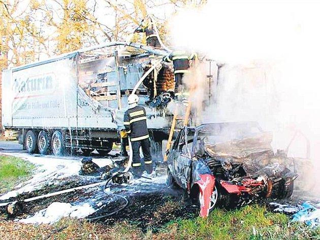 U nehody zasahovali hasiči, záchranka i vrtulník.