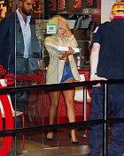 Lady Gaga právě opouští pizzerii...