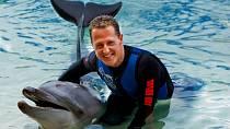 """Francouzský časopis Paris Match zveřejnil nové informace o stavu Schumachera, které dostal od blízkých příbuzných.  ,,Když ho posadíte na kolečkové křeslo a postavíte ho před okno, za kterým je nádherný pohled na hory, Michael někdy pláče."""""""