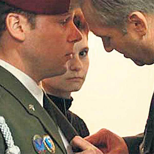Rostmist Miloš Prášil dostává medaili NATO.