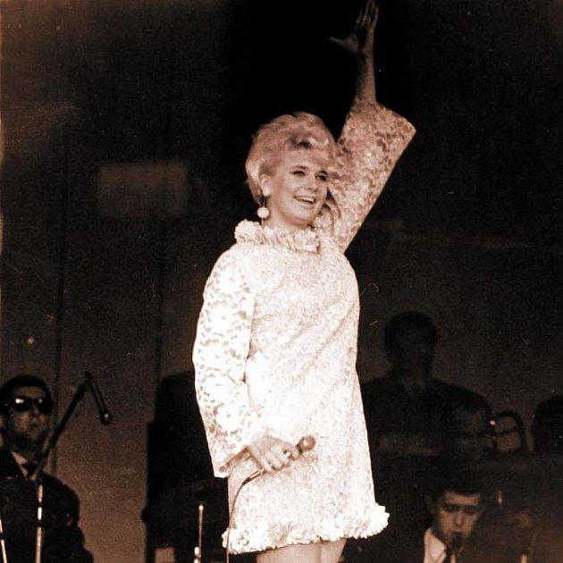 Mikrofon v ruce, orchestr za zády, to byl její svět.
