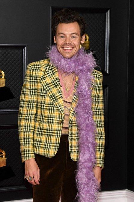 V tomto outfitu se objevil na letošním předávání cen Grammy.