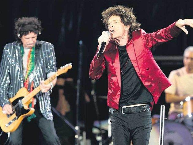 Zpěvák Mick Jagger, kytarista Keith Richards a hráč na bicí Charlie Watts během koncertní šňůry Rolling Stones s názvem A Bigger Bang European Tour, které kapelu v neděli přivede do Brna.