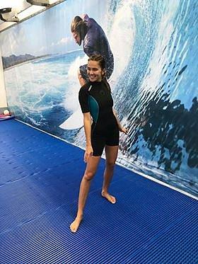 ZAndrey by byla krásná surfařka vtom upnutém neoprenu.
