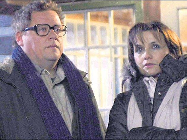 Václav Kopta a Veronika Freimanová při natáčení noční scény komedie Sněženky a machři po 25letech před chatou Severka.