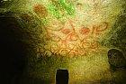 Stropy podzemních sálů zdobí pradávné fresky.