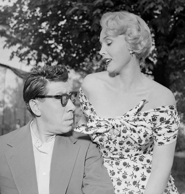 Veveselohře Veřejný nepřítel (1953) sekundovala francouzskému komikovi Fernandelovi.