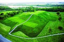 Monks Mound je vysoký 30 metrů. Ze vzduchu jeho úctyhodné rozměry vyniknou nejlépe.