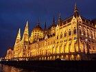 Budova Parlamentu má kouzlo ve dne i v noci.
