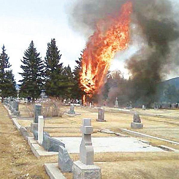 Stroj se nosem zabořil mezi hroby a vybuchl. Šance na přežití byla nulová.