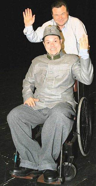 Režisér Václav Postránecký si na zkoušku přivezl hlavního představitele komedie, Švejka vpodání Martina Sobotky.