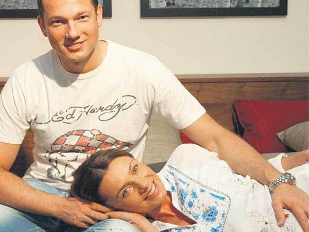 Mladí manželé si zařizují hnízdečko lásky. Včera se Alice pochlubila postelí od firmy Natuzzi.