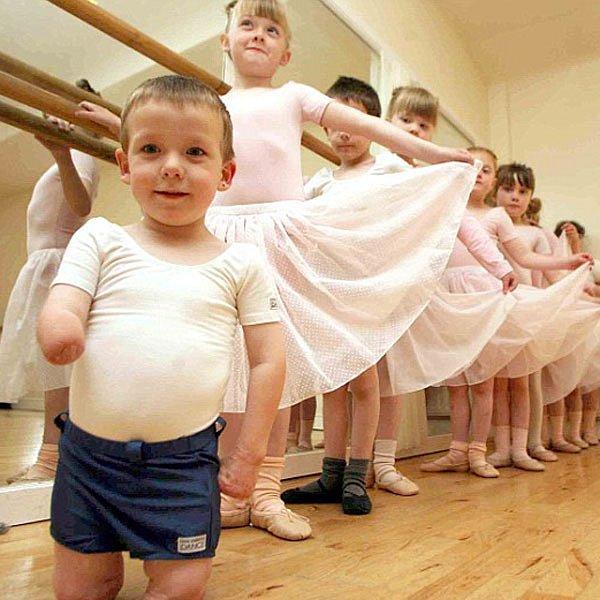 Harvey na hodině tance se spolužačkami