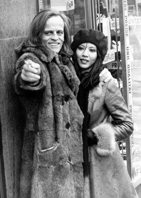 Vietnamská herečka Minhoi Loanicová byla Klausovou ženou osm let.