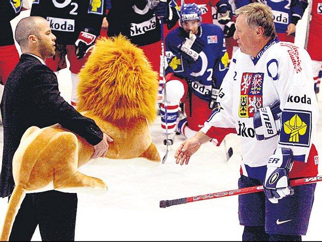 Místo slavnostního zahájení stavby dal premiér Topolánek přednost rozloučení s hokejovou reprezentací ve sportovním centru v pražských Letňanech.