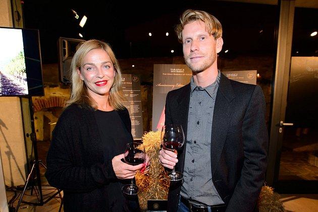 Jaromír Nosek a Lucie Zedníčková si připili na lepší zítřky.