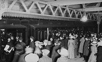 Na návrat přeživších v Anglii čekaly stovky příbuzných a přátel.