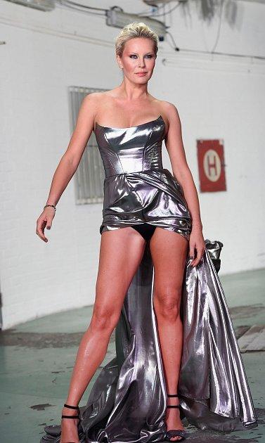 Na rozdíl od ostatních, ona šaty roztáhla schválně, aby ukázala nohy. Chtěla ukázat ičerné prádlo?
