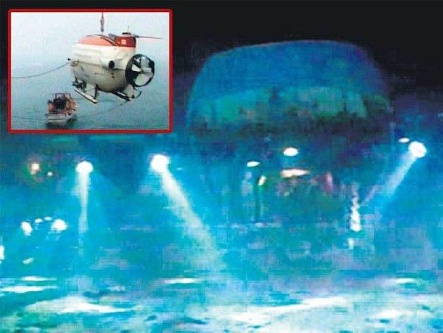 Jedna z jaderných miniponorek na dně oceánu. Ve výřezu: Spouštění miniponorky z ledoborce do vod oceánu.