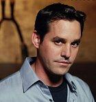 Xander Harris je jednou ze zásadních lidských postav. Byl zamilovaný do Buffy, ale neměl u ní nejmenší šanci. I přesto je ale pro Buffy obrovskou podporou a pomáhá jí jak jen to jde.