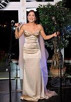 Dominika Býmová se kromě herectví věnuje zpěvu.