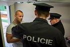 Strážci zákona chtěli nejdřív vidět občanský průkaz.