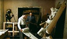 Howard Carter a Arthur Callender balí jednu z mnoha objevených soch.